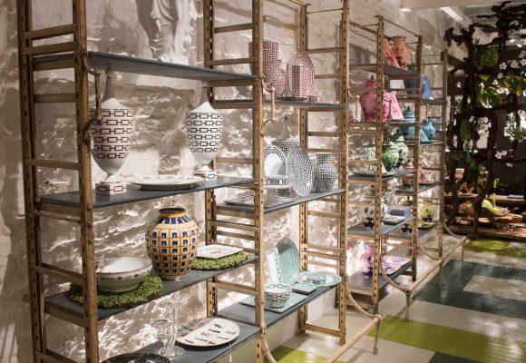Vetrina allestimento con ceramiche Richard Ginori